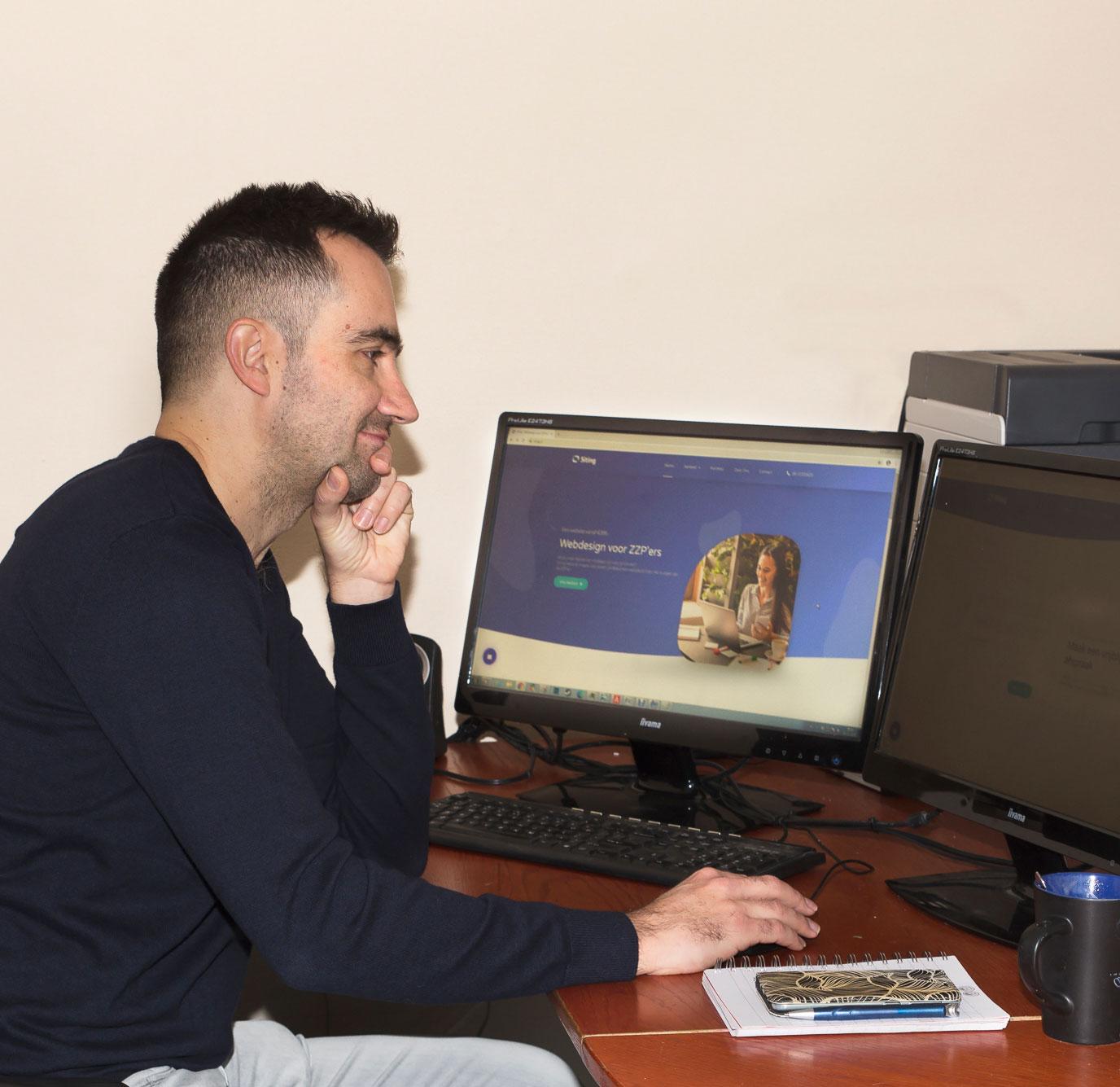 Tony van Siting bezig met webdesign